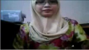 Cewek jilbab manis pamer gunung kembar